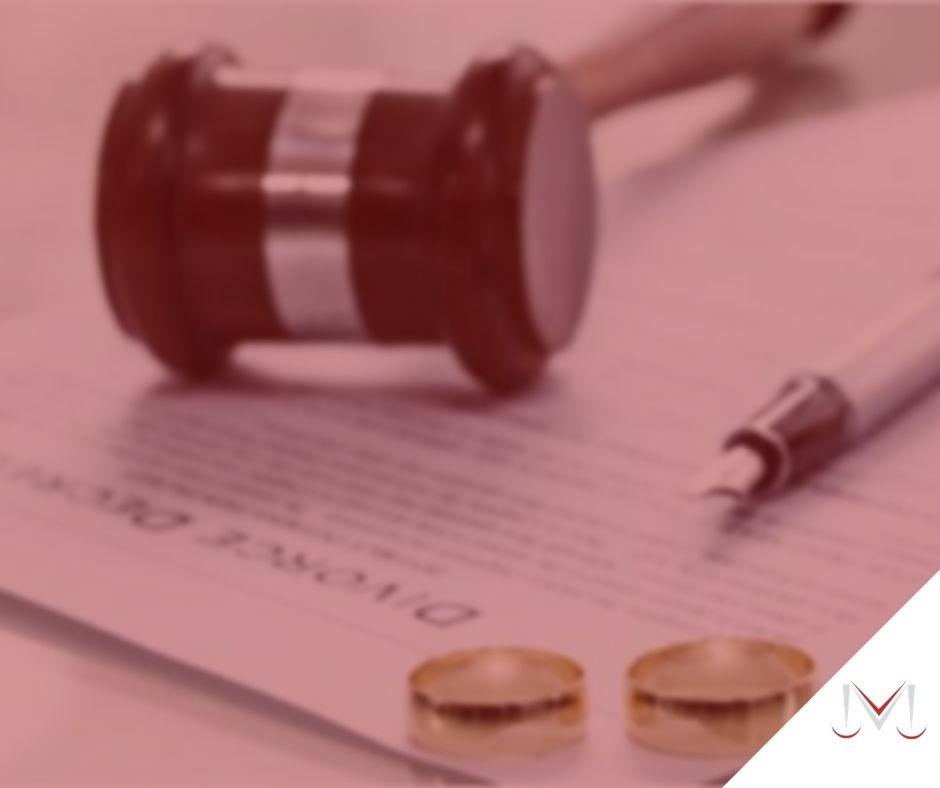 #pratodosverem: artigo: A possiblidade de partilha dos proventos de aposentadoria retroativa oriunda do INSS no divórcio. Na foto, duas alianças de casamento, uma caneta e um martelo da justiça. Cores na imagem: branco, dourado, marrom, prata e preto.