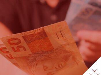 #pratodosverem: artigo: Devolução de valores de benefícios. Na foto, algumas notas de dinheiro. Cores na imagem: marrom, azul, preto, branco.