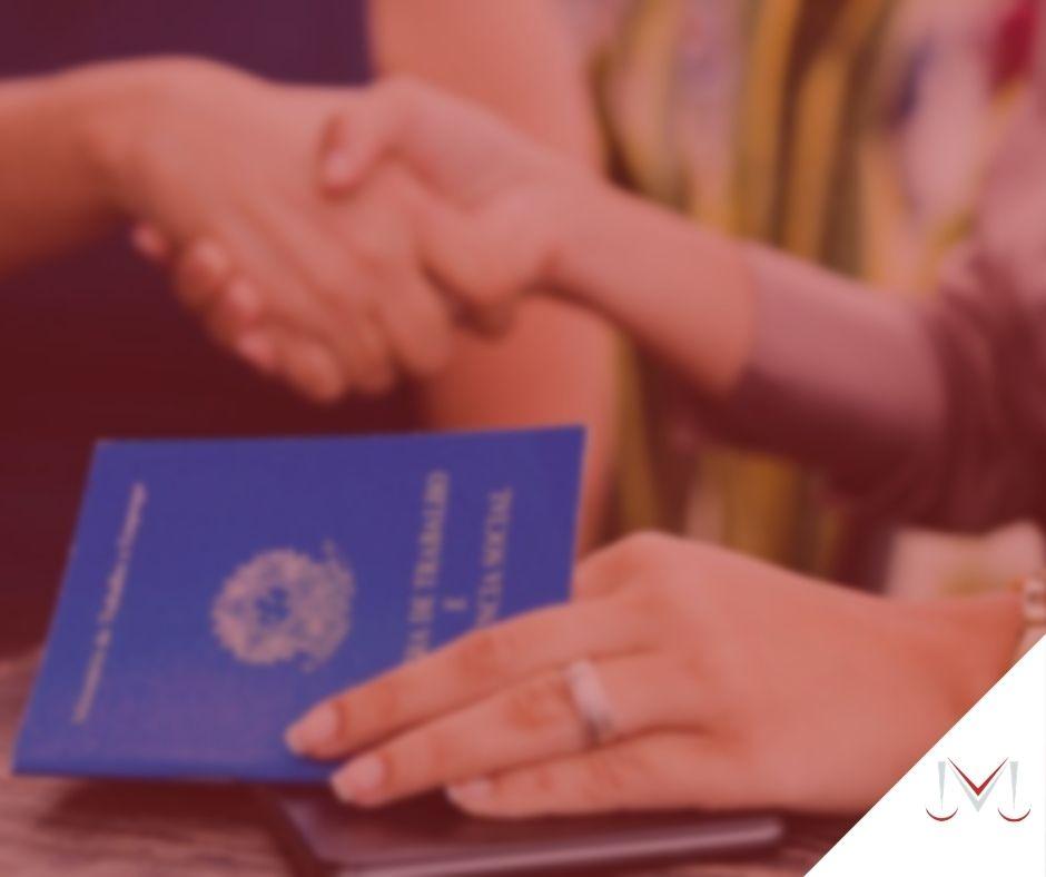 #pratodosverem: artigo: A previdência complementar pública de servidores públicos. Na foto uma pessoa com a carteira de trabalho em uma mão. Cores na imagem: azul, branco, prata, marrom.