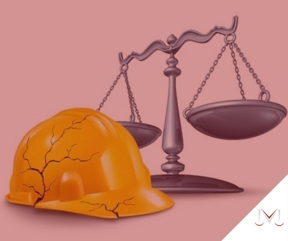 #pratodosverem: artigo: Acidente de trabalho. Na foto um capacete de trabalho e uma balança da justiça. Cores na imagem: amarelo, branco e prata.