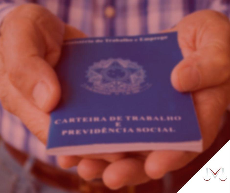 #pratodosverem: artigo: Como a pessoa transgênero se aposenta? Na foto uma pessoa segurando uma carteira de trabalho. Cores na imagem: azul, branco e marrom.