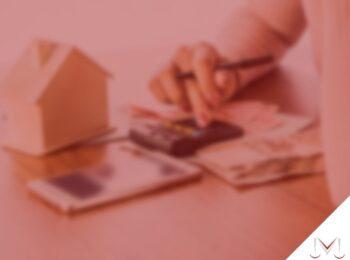 #pratodosverem: artigo: O que é superendividamento? Na foto uma pessoa utilizando a calculadora e vendo suas contas. Cores na imagem: preto, amarelo, cinza e verde.