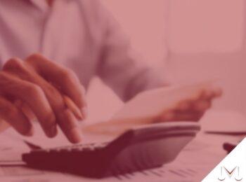 #pratodosverem: notícia: Senado aprova Lei do Superendividamento. Na foto uma pessoa utilizando calculadora e fazendo contas. Cores na imagem: vermelho, preto e azul.