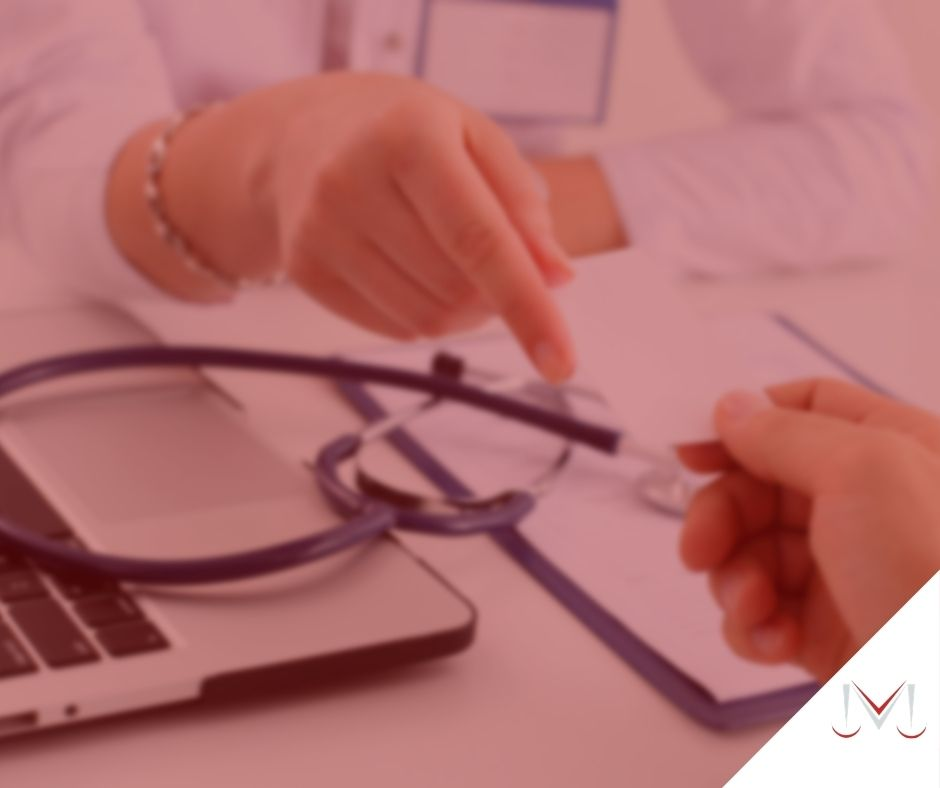 #pracegover: notícia: Fornecimento de prótese pelo plano de saúde. Podem recusar?. Na foto uma médico realizando uma consulta para um paciente. Cores na imagem: azul, preto, branco e prata.