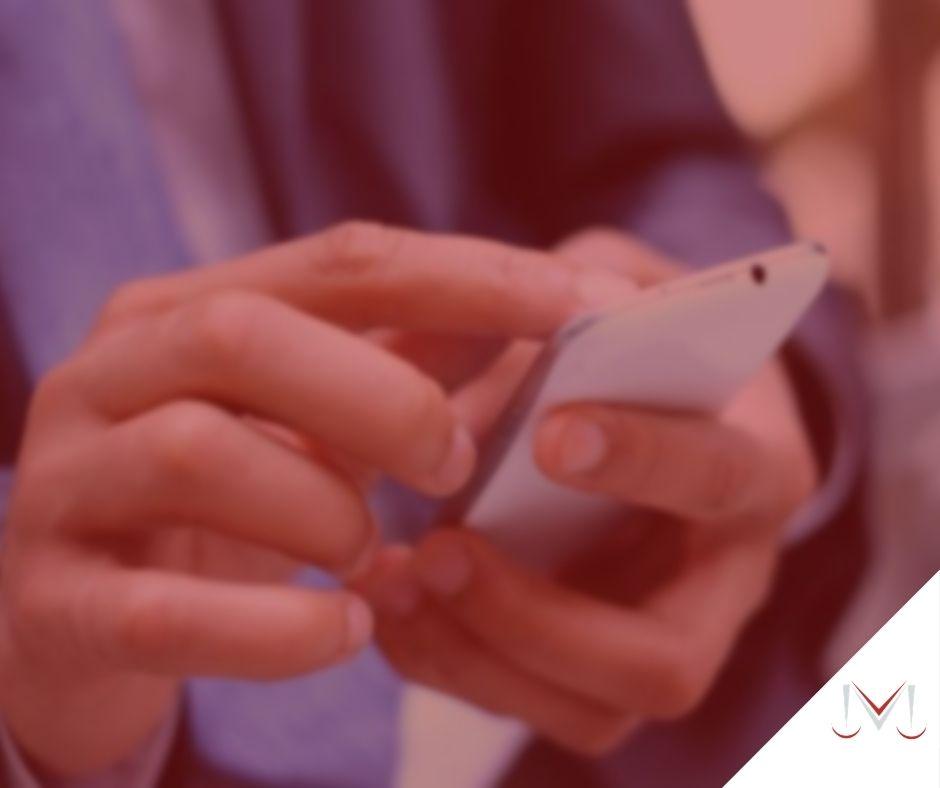 #pratodosverem: notícia: Direito da desconexão - mensagem do Whatsapp fora do horário de trabalho gera hora extra? - na foto uma homem mexendo no celular. Cores na imagem: branco, cinza, preto e azul.