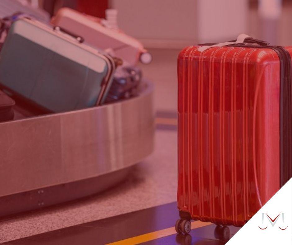 #pratodosverem: notícia: Danos á bagagem em voos internacionais limites à indenização. Na foto bagagens de viagens em um aeroporto. Cores na foto: vermelho, rosa, azul, verde e cinza.