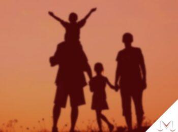 #pratodosverem: artigo: A constelação família no direito de família. Na foto, uma família reunida. Cores na imagem: preto, dourado.