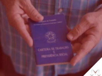 #pratodosverem: artigo: O que é aposentadoria compulsória? Na foto, uma pessoa segurando uma carteira de trabalho. Cores na imagem: azul, preto, branco.