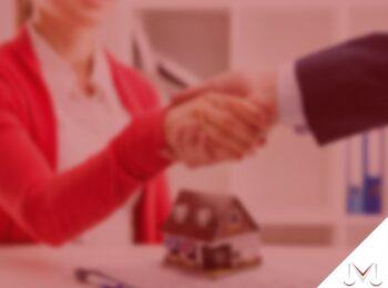 #pratodosverem: artigo: A compra e venda de imóvel que possui locatário e a cláusula de vigência. Na foto duas pessoas apertando as mãos fechando um contrato. Cores na imagem: vermelho, branco, preto, azul e marrom.