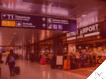 #pratodosverem: artigo: Tempo é dinheiro! Atraso em voos. Na foto um aeroporto na area de embarque. Cores na foto: preto, branco, laranja, vermelho e azul.