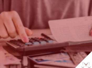 pratodosverem: artigo: O que a empresa pode fazer se o empregado se nega a receber as verbas rescisórias? - Na foto uma pessoa esta realizando calculos em uma calculadora. Cores na imagem: vermelho, preto, verde, azul, branco e dourado.