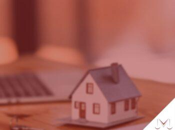 #pratodosverem: artigo: O inventário judicial de falecido que possui herdeiro ainda no útero da genitora. Na imagem uma maquete de casa, uma chave e um notebook. Cores na imagem: vermelha, cinza, marrom e preto.