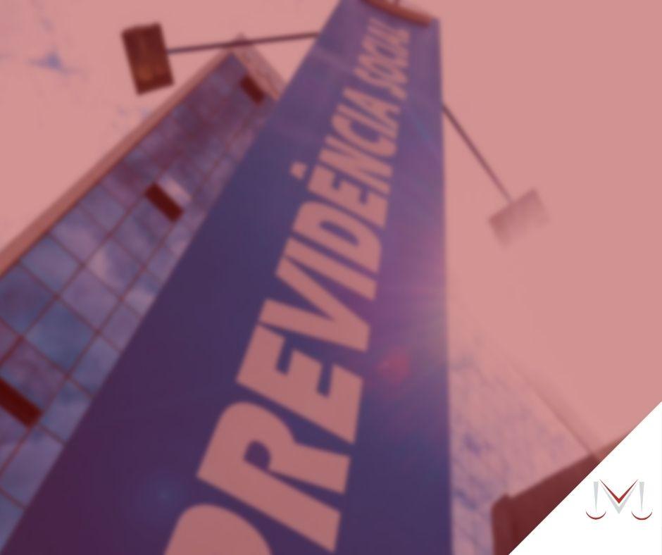 #pratodosverem: artigo: Suspensão e cessação de benefícios. Na foto a placa do INSS. Cores na imagem: vermelho, azul e branco.