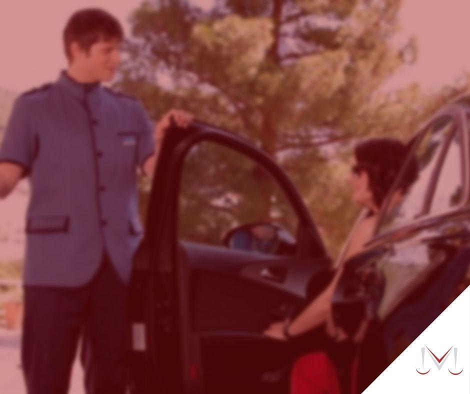 #pratodosverem: artigo: Qual a responsabilidade do estabelecimento que oferece serviço de manobrista? Na foto um manobrista esta abrindo a porta para uma cliente. Cores na imagem: verde, preto, azul e vermelho.