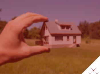 #pratodosverem: artigo: Posso usucapir um terreno herdado de minha família? Na foto uma maquete de casa sendo apresentada para um terreno. Cores na imagem: branco, marrom, laranja e verde.