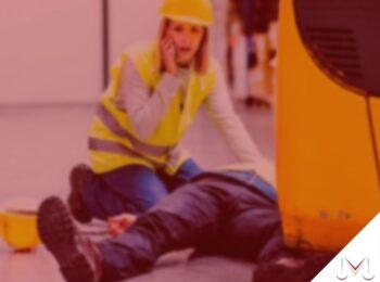 #pratodosverem: artigo: 27/07 - Dia Nacional da Prevenção do Acidente de Trabalho. Descrição da imagem: uma pessoa socorrendo a outra que sofreu um acidente no trabalho. Cores na imagem: azul, preto, amarelo e branco.