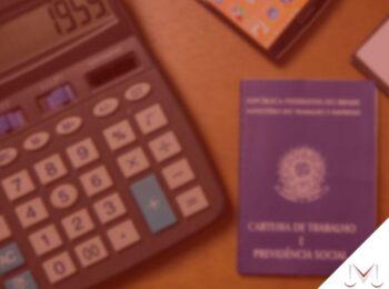 #pratodosverem: artigo: Posso receber benefício previdenciário mesmo após deixar de contribuir? Descrição da imagem: uma calculadora e uma carteira de trabalho estão em cima da mesa. Cores na imagem: marrom, azul, verde, preto, laranja e vermelho.