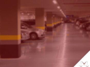 #pratodosverem: artigo: Multas em estacionamentos de shopping centers. Na foto um estacionamento de shopping. Cores na imagem: amarelo, preto, cinza, prata e azul.