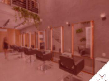 #pratodosverem: artigo: Lei do salão parceiro. Na foto algumas cadeiras de cabeleireiro e alguns espelhos. Cores na foto: preto, branco, marrom e verde.
