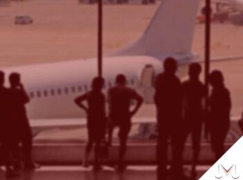 #pratodosverem: artigo: Caberia indenização por danos morais no caso de voos atrasados? - na foto um aeroporto com pessoas esperando seu avião para poder embarcar. Cores na imagem: vermelho, perto, branco e laranja.