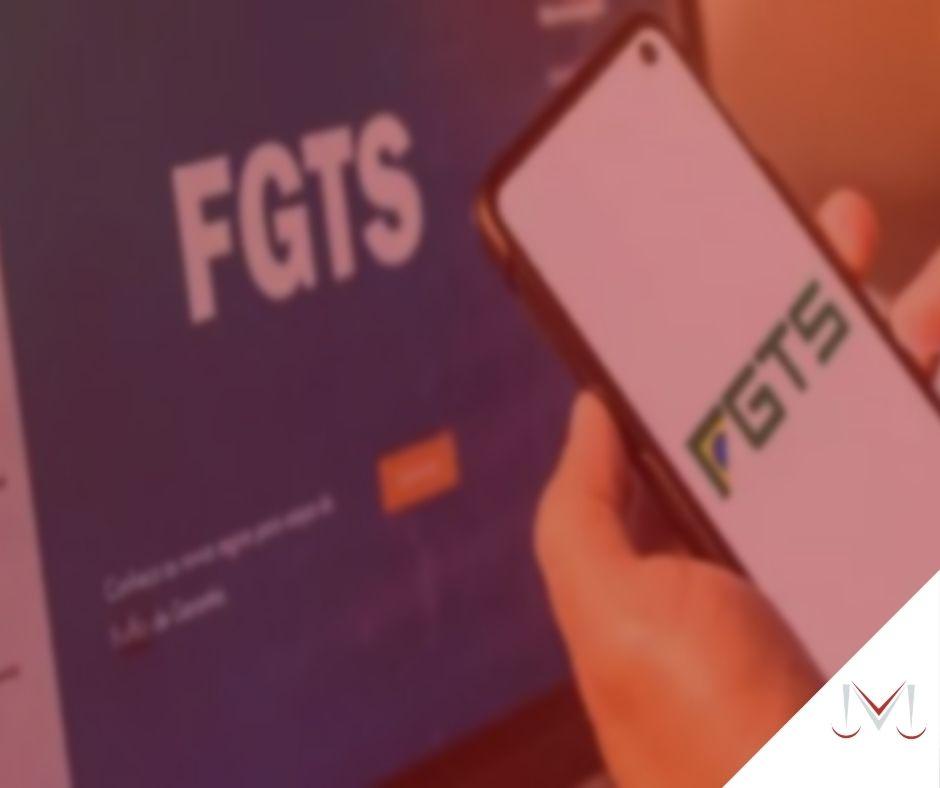 #pratodosverem: artigo:Acordo para devolução de 40% do FGTS é ilegal? Descrição da imagem: uma pessoa segurando um telefone celular para realizar o saque do FGTS. Cores na imagem: azul, branco, verde e  laranja.