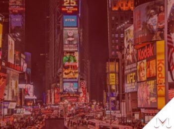 #pratodosverem: artigo: O que mudou com a nova lei de franquias? Descrição da imagem: times square de nova iorque com os telões ligados. Cores na imagem: azul, verde, amarelo, vermelho, branco, preto e laranja.