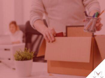 #pratodosverem: artigo: Justa causa do empregador - rescisão indireta. Descrição da imagem: uma pessoa está empacotando suas coisas. Cores na foto: verde, marrom, azul, laranja, amarelo, branco e preto.