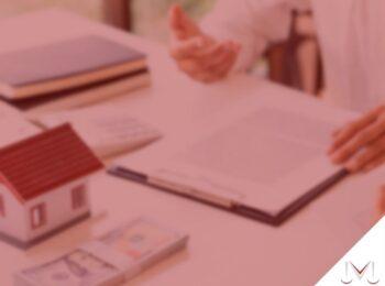 #pratodosverem: artigo: É possível ceder meus direito recebidos por herança, antes da partilhas dos bens? Descrição da imagem: uma pessoa está lendo um documento. Cores na imagem: marrom, branco, verde, azul e preto.
