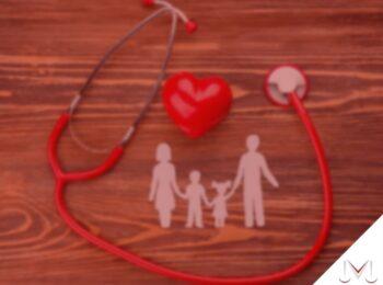 #pratodosverem: artigo: Como se diferenciam os planos de saúde? Descrição de imagem: Um estetoscópio em volta do desenho de uma familia. Cores na imagem: vermelho, branco e marrom.