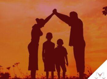#pratodosverem: artigo: Com a destituição do poder familiar, o filho ainda é herdeiro? O genitor(a) ainda é obrigado no custeio desse filho? Descrição da imagem: uma família brincando no parque junto com dois filhos. Cores na foto: preto, laranja, preto e vermelho.