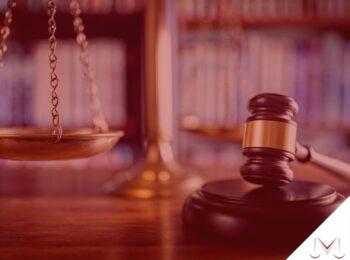 #pratodosverem: artigo: Direito a pensão por morte do enteado, menor tutelado, menor sob guarda e neto. Descrição da imagem: um martelo da justiça em ao lado de um balança. Cores na foto: marrom, dourado, preto, branco, vermelho e azul.