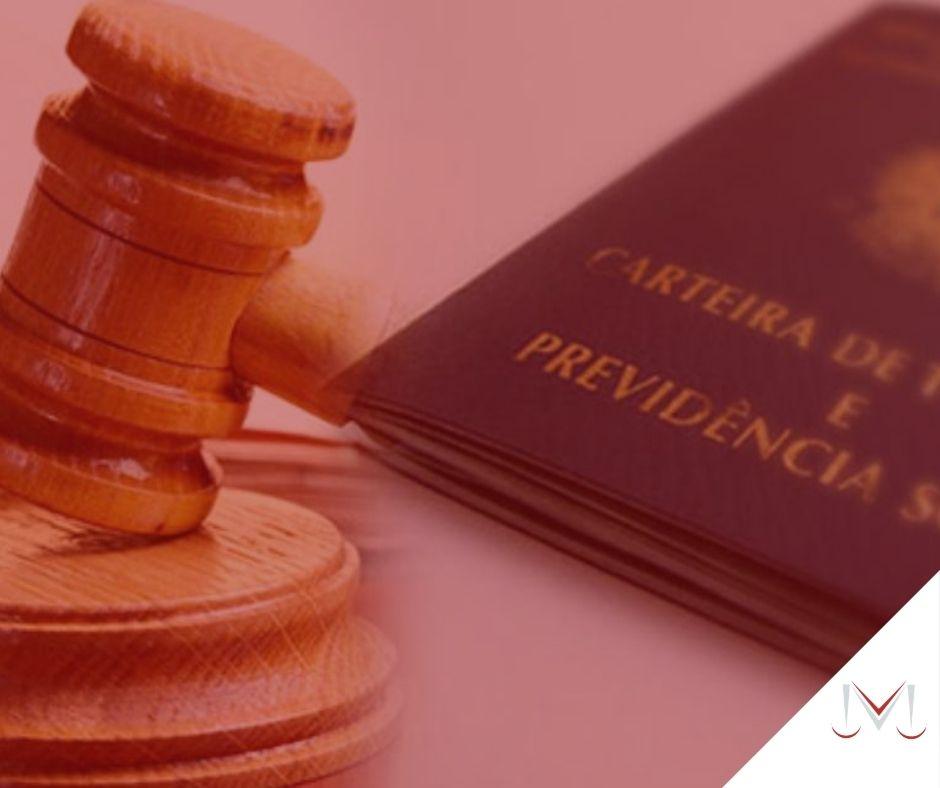 #pratodosverem: artigo: Minirreforma trabalhista. Descrição da imagem: um martelo da justiça ao lado de uma carteira do trabalho. Cores na foto: azul, marrom, vermelho, branco e dourado.