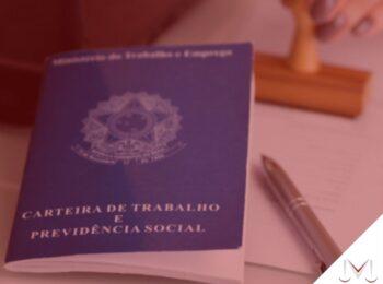#pratodosverem: artigo: Contrato temporário garante estabilidade gestacional? Descrição da imagem: uma carteira de trabalho em cima de uma mesa ao lado de uma caneta e um carimbo. Cores na foto: azul, prata, branco, marrom e cinza.