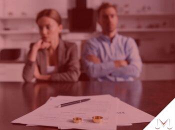 #pratodosverem: artigo: Decretação do divórcio em decisão liminar. Descrição da imagem: um casal sentado lado a lado assinando seu divórcio. Cores na imagem: vermelho, azul, cinza, preto, dourado, vermelho e branco.