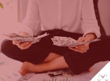 #pratodosverem: artigo: A contribuição previdenciária pela empresa. Descrição da imagem: uma mulher sentada contando dinheiro. Cores na imagem: preto, verde e branco.