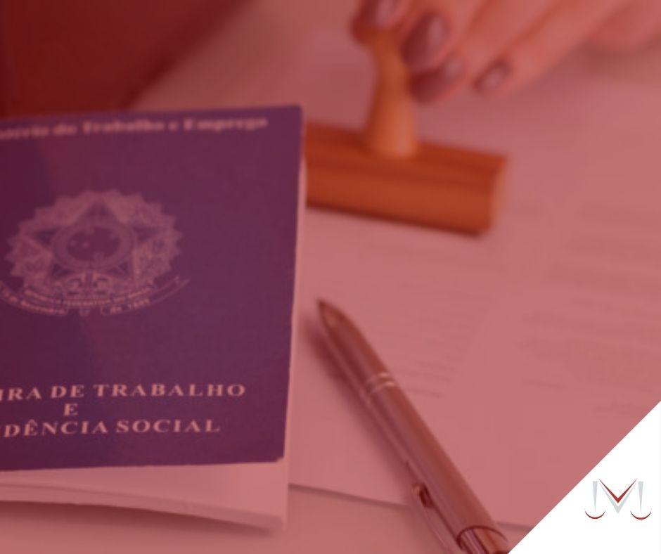 #pratodosverem: artigo: Contrato de experiência após demissão na mesma função é considerada fraude. Descrição da imagem: uma carteira de trabalho, um carimbo e uma caneta estão em cima da mesa. Cores na foto: azul, branco, marrom, prata e vermelho.