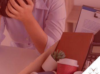#pratodosverem: artigo: O empregado cumprindo aviso prévio pode ser demitido por justa causa? Descrição da imagem: um jovem esta com as mãos na cabeça após ser demitido, suas coisas estão dentro de uma caixa. Cores na foto: azul, branco, marrom, preto, verde, vermelho e cinza.