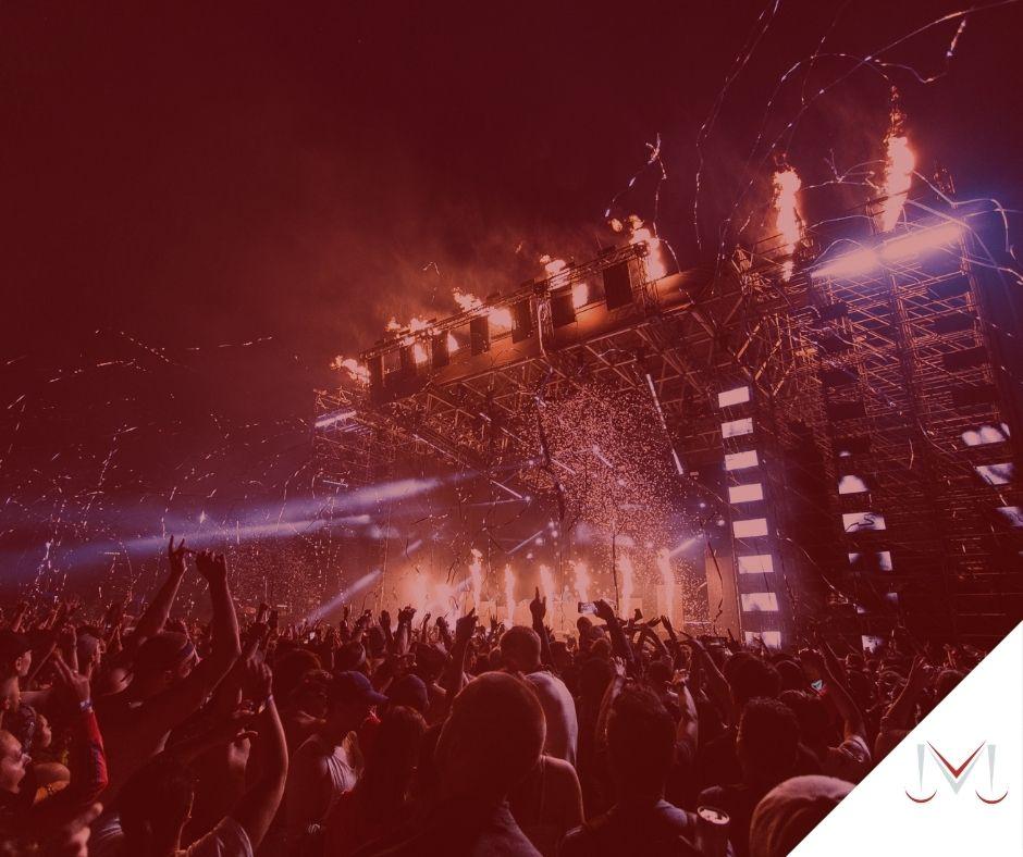 #pratodosverem:artigo:Consumidor não pode arcar com multa por cancelamento de festa em razão da pandemia. Descrição da imagem: um show com pessoas cantando e dançando. Cores na foto: branco, azul, preto, laranja, vermelho e cinza.