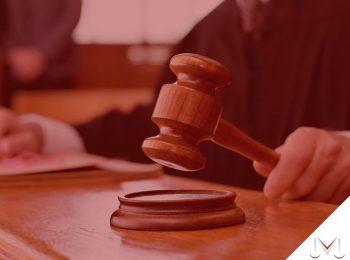 #pratodosverem: artigo: Prescrição da possibilidade de cobrar alimentos não pagos. Descrição da imagem: um juiz com o martelo na mão. Cores na foto: preto, marrom, vermelho e cinza.