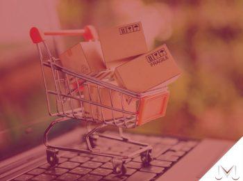 #pratodosverem: artigo: A prática da venda casada. Descrição da imagem: um carrinho de compra em cima de um teclado de computador. Cores na foto: Laranja, marrom, preto, prata, cinza e vermelho.